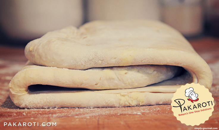 Gilas adonan pastry dengan ketebalan minimal 1 cm. Lebih tipis dari itu akan menghasilkan pastry dengan volume ketebalan yang rendah. #BakingTips