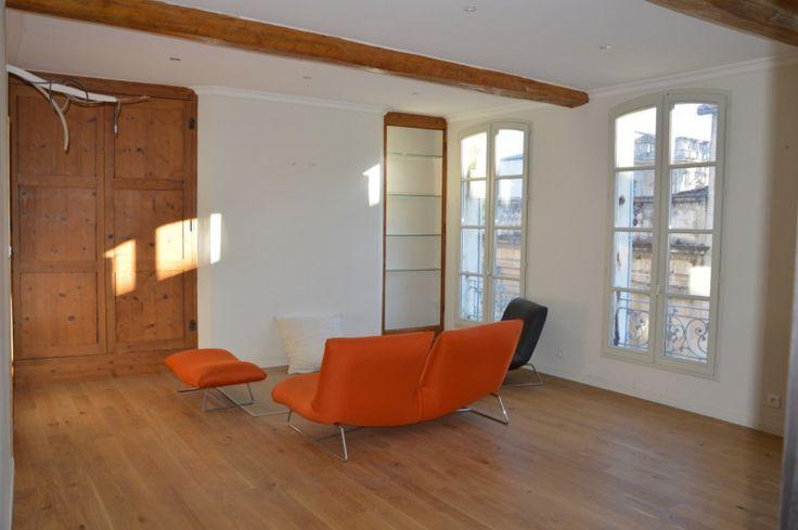 84000 - 55,24m²: Avignon Intra-muros, quartier Vernet, appartement traversant avec vue Palais des Papes ! Entièrement rénové 2016, ce T2 d'environ 58 m² (55.24 carrez) est extrêmement lumineux. Il est situé au 2ème étage d'une petite copropriété, faibles charges. Il est doté d'un séjour/salon cuisine équipée, grande chambre et salle d'eau. Climatisation réversible, parquet en chêne, menuiseries neuves double vitrage. Un petit bijou dans un quartier très prisé ! Honoraires...
