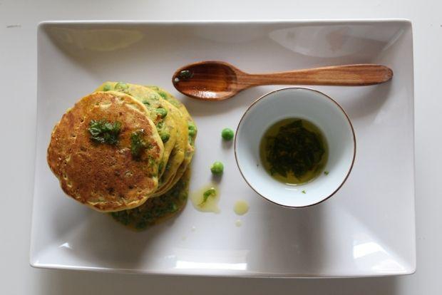 Pancakes di ceci ai piselli con curcuma e semi di lino