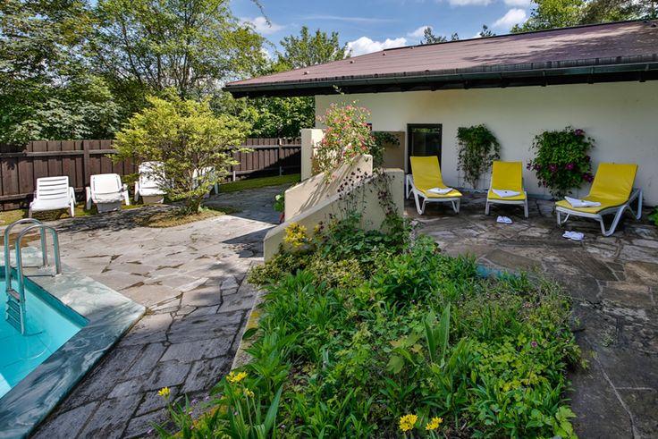 Separates Saunahaus mit kleinem Pool und Saunagarten