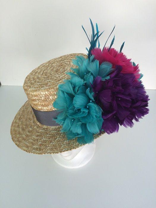 canotier con flores de pluma