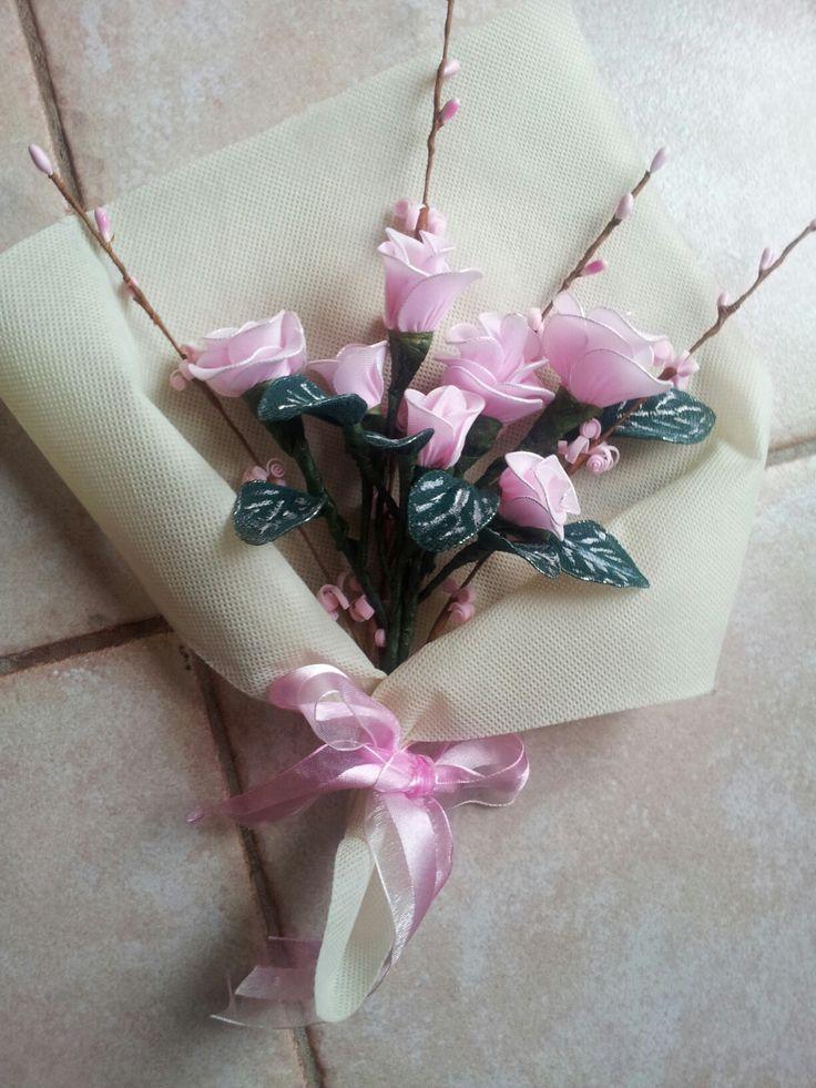 Composizione di rose eseguita con collant fil di ferro e guttaperca