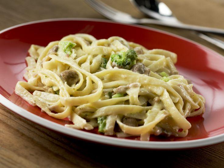 Tagliatelle Carbonara. Al dente, naturel gekookte pastalinten met romige pastasaus met kaas en spek. #food #henribv #drunen #foodservice