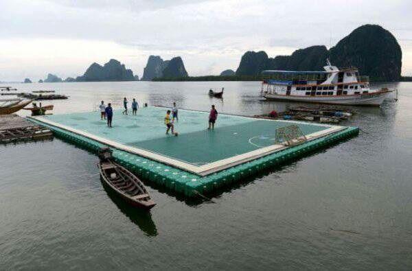Nawet na wodzie można postawić boisko do gry w piłkę nożną • Boisko piłkarskie gdzieś na Pacyfiku wygląda tak • Wejdź i zobacz fotkę >> #football #soccer #sports #pilkanozna