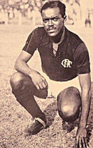 Craque Imortal – Leônidas da Silva. O título estadual de 1935 não foi suficiente para segurar Leônidas no Botafogo e, já em 1936, o jogador se transferiu para o Flamengo como dono de seu próprio passe e após se desentender com a diretoria alvinegra, que supostamente não queria um jogador negro no time. Na Gávea, Leônidas se tornou uma estrela em definitivo e ajudou, ao lado de Domingos da Guia, Fausto dos Santos, Valido, Jarbas e Alfredo González a popularizar o Flamengo não só pelo Rio de…