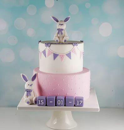 En sød lilla og lyserød kaniner dåbskage. Læs mere på www.bakemydaydk.com