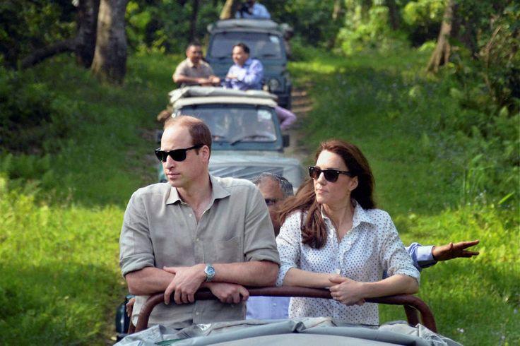 #RoyalVisitIndia La Cour Royale Anglaise: Le Safari d'une journee commence   Arrivée la veille au parc national de Kaziranga dans l'est de l'Inde le duc et la duchesse de Cambridge étaient en tournée de safari mercredi Avril 13e matin à 7h à la découverte des animaux. Catherine avait opté opté pour un look safari-chic aujourd'hui la combinaison d'un blanc éclatant R.M. Williams Automne / Hiver 2014 bib ébouriffé-plastron 'Gretna'. Le bouton blanc-up dispose d'un tout sur le sable / bleu…