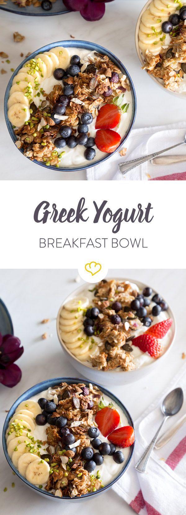 In diese Greek Yogurt Breakfast Bowl kommen noch eine Blaubeer-Muffin-Granola, Nüsse und Obst. Besser kannst du nicht in den Tag starten!