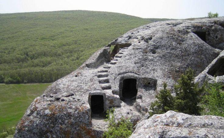 Мангуп - это самый большой по площади пещерный город Крыма