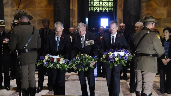 Malcolm Turnbull and Bill Shorten lay floral wreaths at the Shrine of Remembrance in Melbourne.
