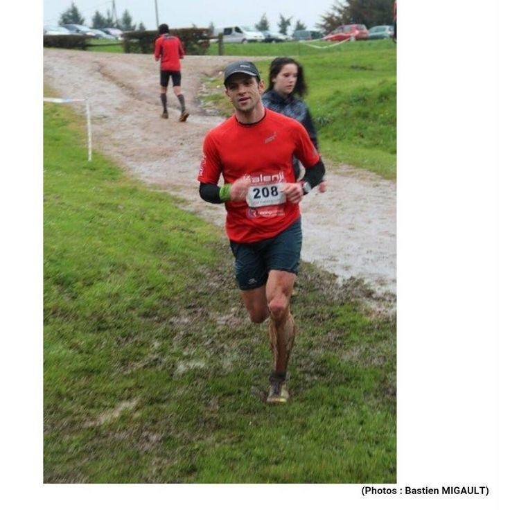 Désolé je ne courais pas au #MDP2016. Désolé je n'ai pas eu trop chaud (8c de la pluie et du vent) désolé j'ai pas eu mal aux genoux à cause du bitume (c'était très très gras) et désolé j'ai pas couru avec 56998 inconnus (courir à domicile c'est l'occasion de voir les amis et de discuter avec eux). En fait j'ai couru un petit trail fort sympathique les Éduens. 470 partants sur 3 courses. Le top ! Au moins la famille pouvait me suivre facilement.  Merci à @nanouyam ma chérie d'avoir bravé les…