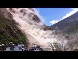 Séisme au Népal: impressionnant glissement de terrain à Dhunchet