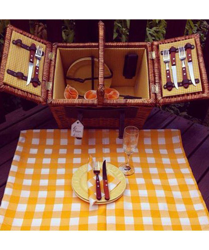 Canasta 4 Puestos Amarillo - Incluye: 4 platos, 4 tenedores, 4 cuchillos, 1 sacacorcho, 4 servilletas de tela, 1 mantel y 4 copas. $425.000 COP (Envío gratis). Cómprala aquí--> https://www.dekosas.com/productos/le-panier-canasta-picnik-4-puestos-amarillo-detalle