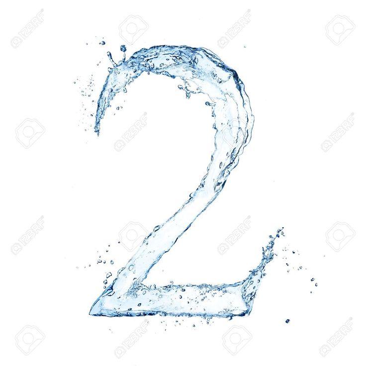 Número dos (2) formado con agua. Efecto de salpicadura de agua. Fondo blanco.