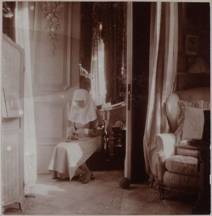 Grand Duchess Olga Nikolaevna no uniforme de enfermeira tricotando no Boudoir Malva, Alexander Palace, em 1914.