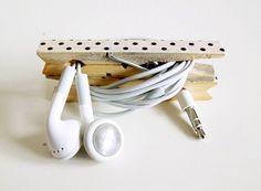 Earplug cable winder, made with decorated wooden clothespin. Enrollador de cables para auriculares, hecho con una pinza de madera decorada.