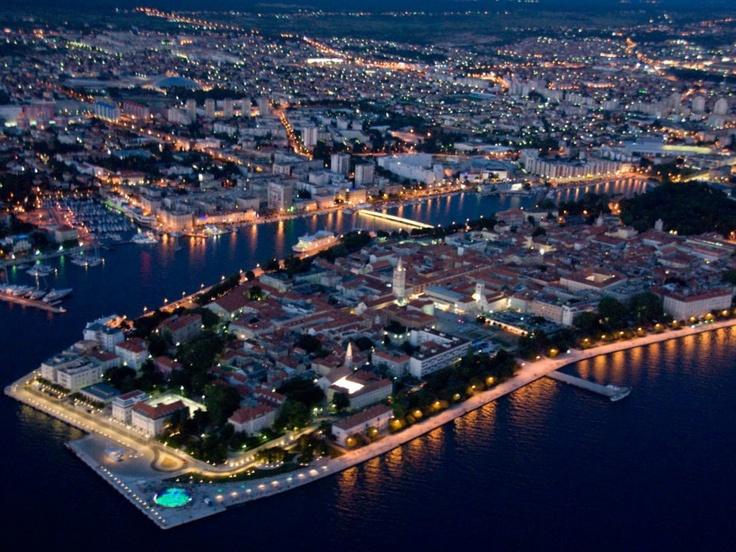 Zadar / Zadar o Zara es una ciudad de la región de Dalmacia en la moderna Croacia. Capital del condado de Zadar, en el centro del país y enfrente de las islas Ugljan y Pašman, de las que está separada por el estrecho de Zadar. Tiene 85.000 habitantes