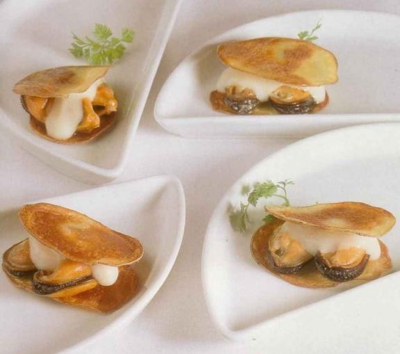 Mejillones al vapor con patata y alioli al huevo con puré de manzana y membrillo