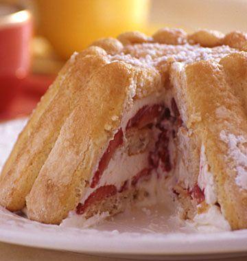 charlotte aux fraises ( je fais la même, mais avec une simple chantilly vanillée...... c'est facile et rapide et .... sublime !)