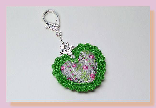 portes clés ou bijoux de sac coeur en tissu et au crochet vert et rose mousqueton métal argenté : Porte clés par chely-s-creation