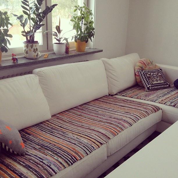 Supersmart med trasmattor för att skydda vita soffor. ~Another great use for twined rugs. :)