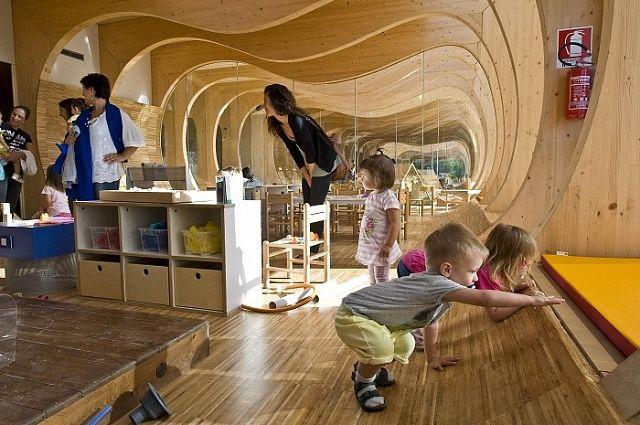 В Італії збудували унікальний енергоефективний дитячий садок із натурального дерева та скла : EcoTown