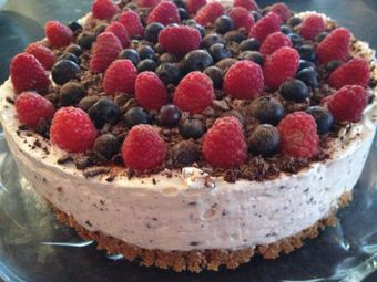 Superrask ostekake med sjokolade og friske bær