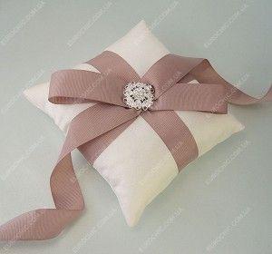 Подушечка для колец Novia бежево-розовая элегантный репсовый бант в кремово-розовых тонах и красивое украшение с кристаллами. Стильный атрибут от Шик Европейский