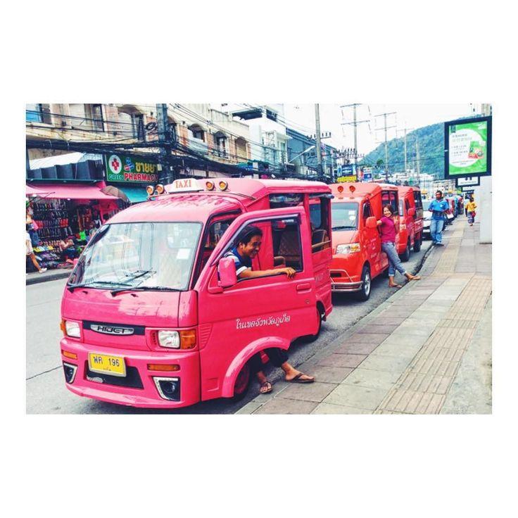 タクシードライバーの待ち方がカッコいいd(_o) Taxi drivers' waiting posture looks cool :)  タクシーにもたれ掛かりながら ヘイカモン(_-)  といった感じで 立つ姿が印象的でした笑  ちなみに今は 帰りのフェリーの中  ダイソン並みの蚊に 刺された体を癒しつつ  今日から再びエンジンかけて 作業していきますV(_)V  #タイ旅行 #タイ旅行記 #タイ旅行2016 #タイ旅行 #プーケット#プーケット島 #プーケット旅行 #プーケット旅行記 #プーケットタウン #プーケット生活 #プーケットライフ #パトンビーチ #パトンビーチ #プーケット留学 #タクシー #タクシードライバー #タクシー待ち #タクシーで帰る #タクシーで帰宅 #タクシーの運転手 #タクシーなう #タクシー通勤 #タクシー安い #タクシー移動 #タクシー乗り場 #海外移住 #海外移住インスタグラマー