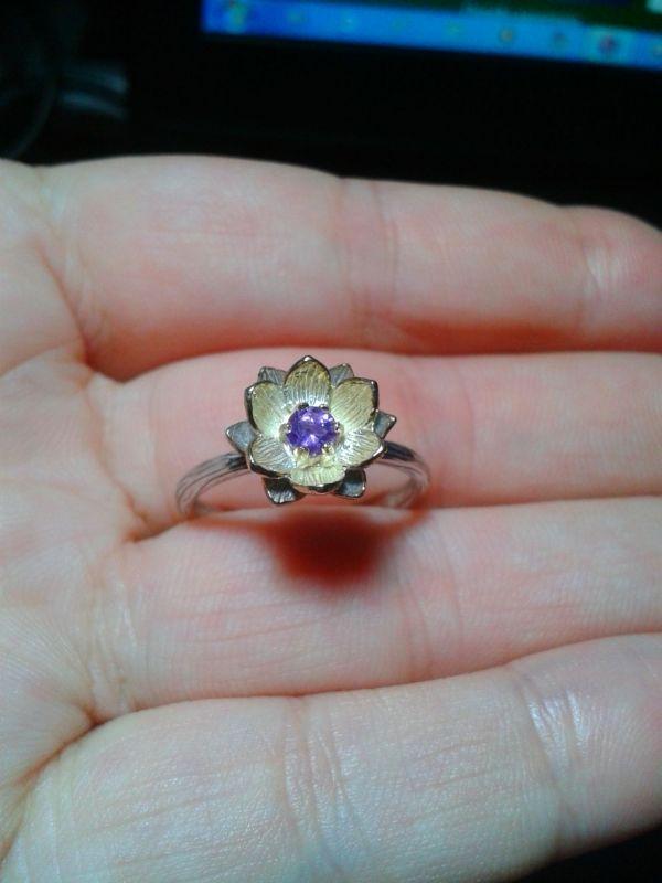 """litalena: - Началось все с того, что я очень захотела кольцо с аметистом, и после долгих раздумий выбор пал на цветок """"Лотоса"""". Мой цветок получился с разными лепестками: верхние в лимонной позолоте, а нижние - только по контуру ..."""