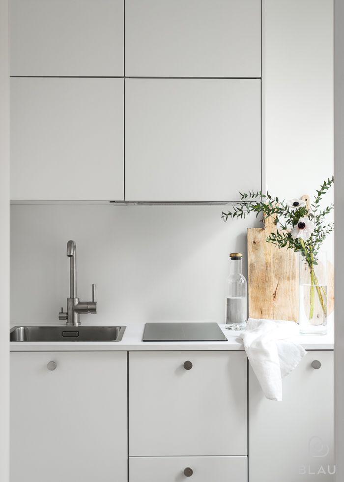 Jokainen tietää, miten tärkeä osa arkea on toimiva ja kaunis keittiö! Blau toteutti tämän kauniin yksiön keittiön Helsingin Ruskeasuolla.
