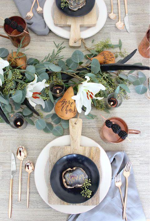Herbstliche Tischdeko mit Eukalyptus, Achat Scheiben, Kürbissen und rustikalem Holz im Vintage Look