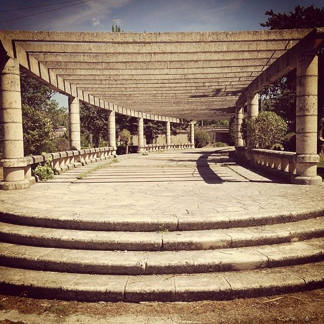 El mirador de Entrepeñas #mirador #entrepeñas #escaleras #columnata #pantano #romantico #igersmadrid #solitude #simetry #loneliness