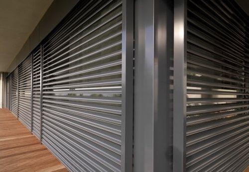 ¿Buscas una persiana que sea reciclable? La mejor opción son las persianas de aluminio Las persianas de aluminio están fabricadas con materiales rígidos, no sufren alteraciones por frío y calor, están rellenas con espuma de poliuretano que hacen que una vez cerradas se produzca un efecto de cámara entre el exterior y la ventana.