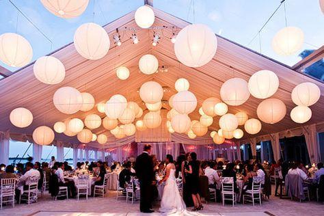 Para aquellas bodas al aire libre que vayan a durar hasta en la noche, nada mejor que una iluminación original y bella. Por eso una excelente opción es que en carpas como las de Lonas Davalos hagan uso de esferas para iluminar la carpa, dándole un toque vintage.