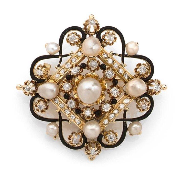 BROCHE NAPOLEON III <br>en or jaune, composée d'un losange agrémenté de diamants taillés en rose et de perles probablement fines, ornée en son centre d'une couronne de diamants, de perles d'émail et d'une perle bouton plus importante; il est lui-même encadré d'arabesques d'émail noir formant une rosace piquée de diamants et de petites perles. <br>Poinçon de maître. <br>Époque fin XIXe siècle. <br>Dimensions : 4,5 x 4,5 cm environ. <br>Poids : 21,6 g. <br>A 19th Century enamel, diamond, ...