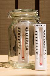 Observa o efecto invernadoiro con dous termómetros e un bote de cristal.