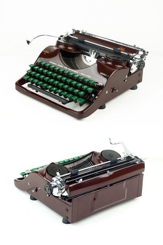 Die seltene, tragbare Groma Modell T ist ein Nachkriegs-Schreibmaschine und entstand um 1950 in der ehemaligen DDR (Ostdeutschland) vom VEB Groma Büromaschinen. Der Hersteller Groma ist bekannt für seine berühmten Groma Kolibri Schreibmaschine. Das Modell T glich die Kolibri von Leopold Ferdinand Pascher entworfen.  Es ist eine erstaunliche Schreibmaschine, weil alles einfach perfekt ist. Die kurvige Körper ist sehr harmonisch, elegant und gut durchdacht, die Maschine sieht schön aus jeder…