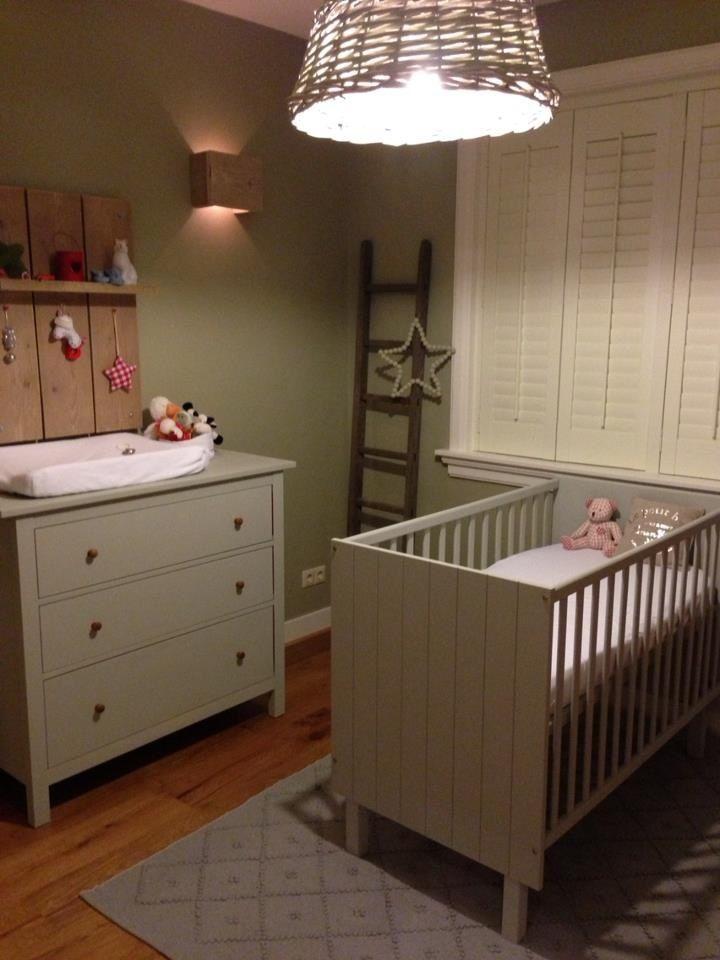 Stoere babykamer met shutters