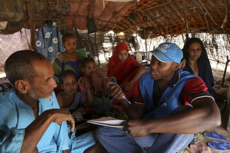 L'operatore dell'UNHCR Souleymane parla con  Agade Ag Mohammed, un uomo maliano di 71 anni, il giorno prima del suo trasferimento nel campo di Mentao, in Burkina Faso. In ragione della sua età, Agade viaggerà su un mezzo di trasporto dell'UNHCR, mentre la sua famiglia viaggerà su un furgone.  ©UNHCR/B.Sokol