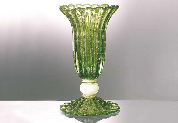 """#Vaso #vetro Vaso in vetro verde H. 46 cm – ø. 27 cm Vaso a coste colore verde, margherite in oro sommerso, piedistallo """"seta"""" con argendo sommerso"""
