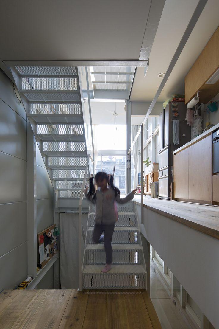 子供部屋からLDKとキッチン方向。階段を中心に『』型に折り重なる床スラブ。