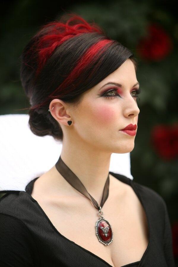 Elegant goth. Hair up with red streak pic.twitter.com/KoEPy9Uk1z