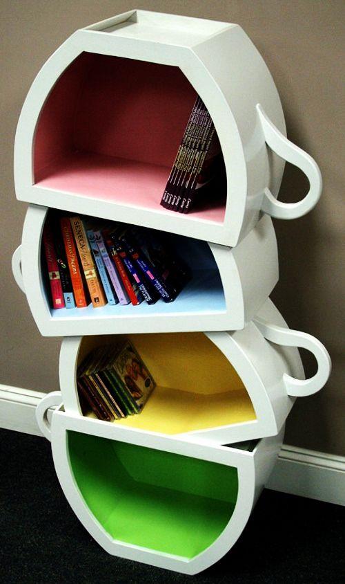 Não cabe muita coisa nessa estante, mas é uma graça!