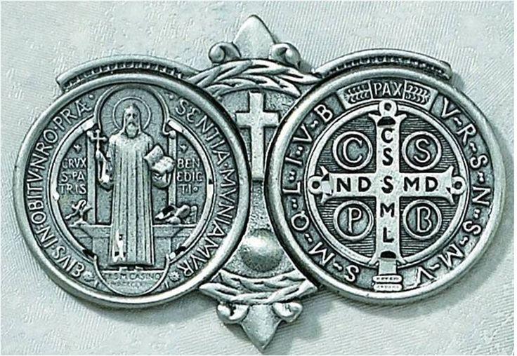 """A medalha de São Bento não é um """"amuleto da sorte"""". Trata-se de um sacramental, isto é, um sinal visível de nossa fé. O uso habitual da medalha tem por efeito colocar-nos sob a especial…"""