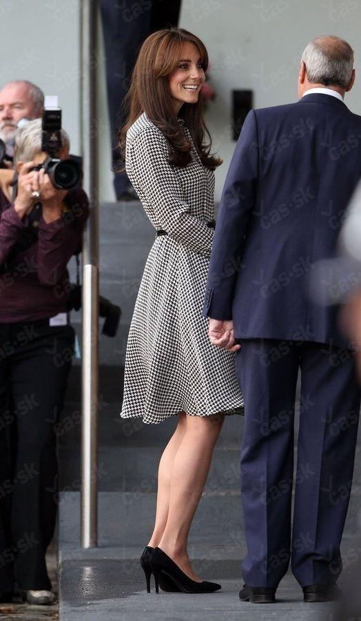 Vojvodkyňa Kate po pôrode opäť na verejnosti: Šaty odhalili viac, ako chcela!
