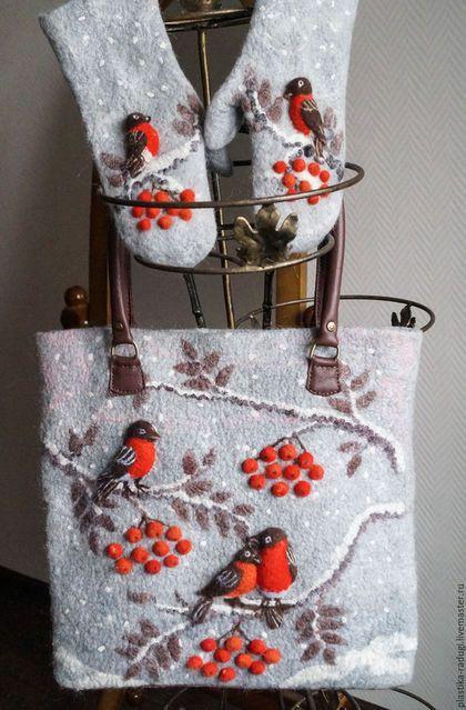 Купить или заказать Снегири в интернет-магазине на Ярмарке Мастеров. Комплект аксессуаров: большая сумка с ручками и донышком из натуральной кожи,с застежкой на молнию. Подклада из плотного хлопка с тремя карманами , один застегивается на молнию. Варежки из шерсти альпаки и мериноса с накладкой на ладони из натуральной кожи. Сумка сваляна вручную из шерсти коридейла, мериноса, волокон шелка, вискозы и шелковой ваты. Рисунок вполнен в техниках шерстяная акварель и сухое валяние.