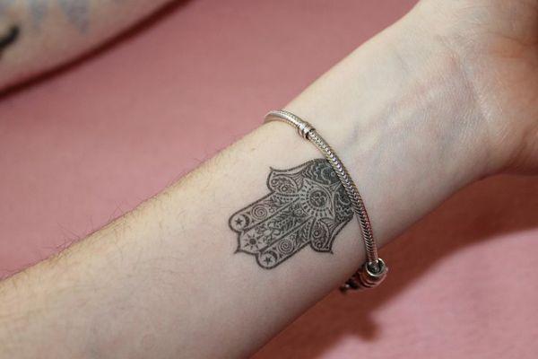 25 best ideas about mano de fatima tattoo on pinterest mano de fatima mano hamsa and. Black Bedroom Furniture Sets. Home Design Ideas