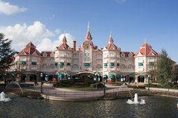Disneyland Paříž, hotel, hrad, fontána, obloha