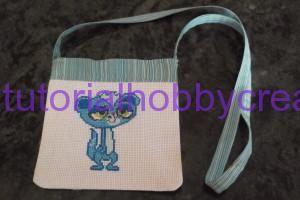 Tutorial per realizzare una borsetta per bambina con ricamo punto croce - Tutorial per realizzare una borsetta a tracolla per bambina con ricamo punto croce  Occorrente : - Un pezzo di tela aida - Stoffa colorata - Una cern